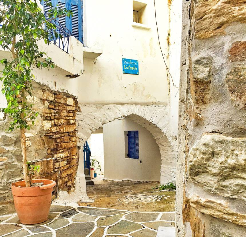 beautiful-back-street-in-dryopeda-in-kythnos-in-the-greek-islands